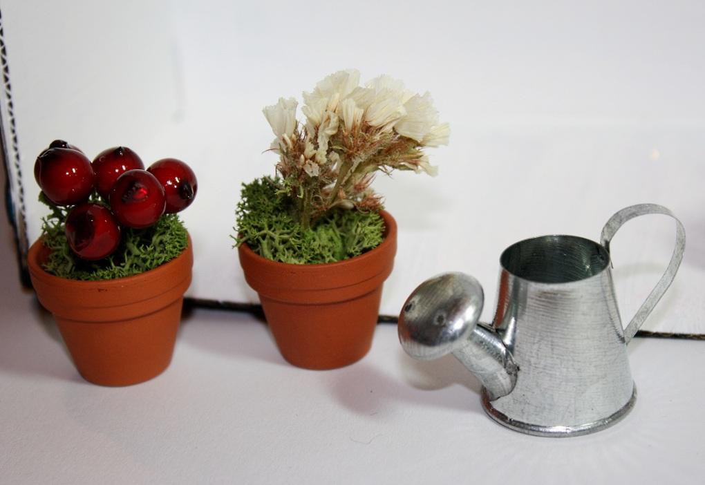 Blumengarten mit Töpfen und Gießkanne