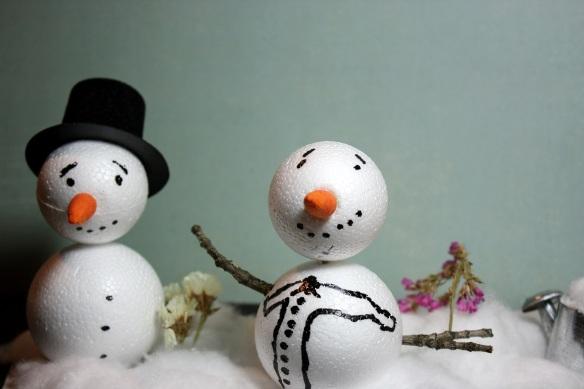 zwei gebastelte Schneemänner im Watteschneegarten