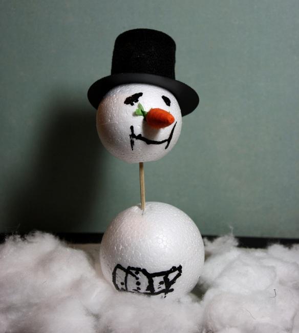 gebastelter Schneemann mit langem Hals und Hut