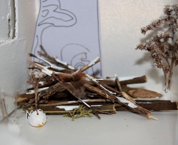 Frühlungswald aus Papier: Vogel schlüpft in Totholzecke