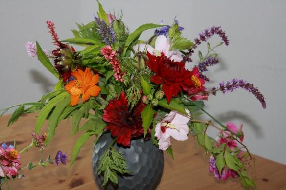 Blumenstrauß mit Dahlien, Salbei, Agastache, viel Grün