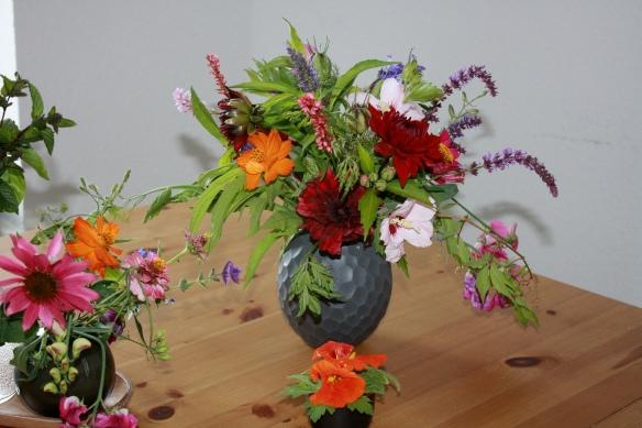 Blumenstrauß mit Dahlien, Salbei, Agastache und viel Grün