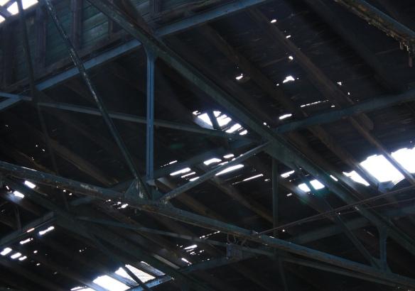 Dachtragwerk einer verfallenen Industriehalle