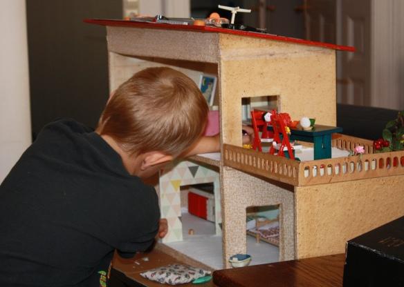 Altes Puppenhaus mit ersten Renovierungsarbeiten