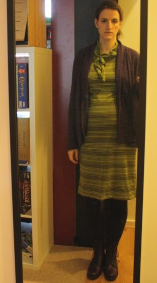 schwangerschaftskleidung_grünes Kleid mit lila Jacke_vorn