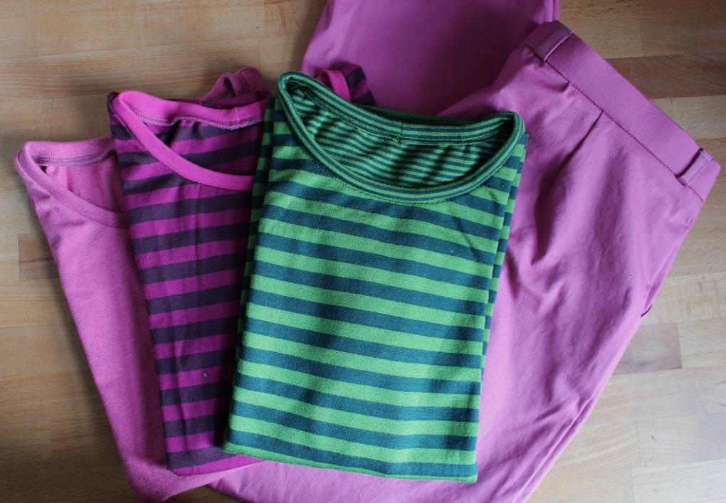 Selbstgenähte Shirts (Kurzarm und Dreiviertelarm) und Bundfaltenhose in beerigem pink und grün